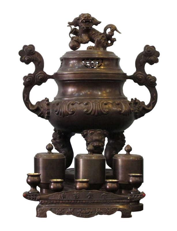 Bộ đồ thờ gồm đỉnh, nến, lọ hoa, ống nhang và khay nước bằng đồng hun khói