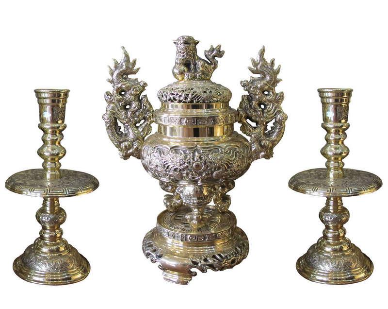 Đỉnh đồng và đôi nến được làm từ đồng vàng nguyên chất