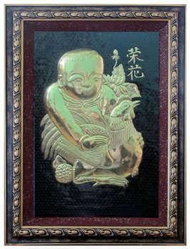 Tranh Vinh Hoa - em bé ôm gà, chất liệu đồng vàng