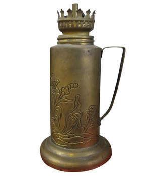 Đèn dầu chất liệu đồng đỏ có chạm hoa văn trên thân đèn
