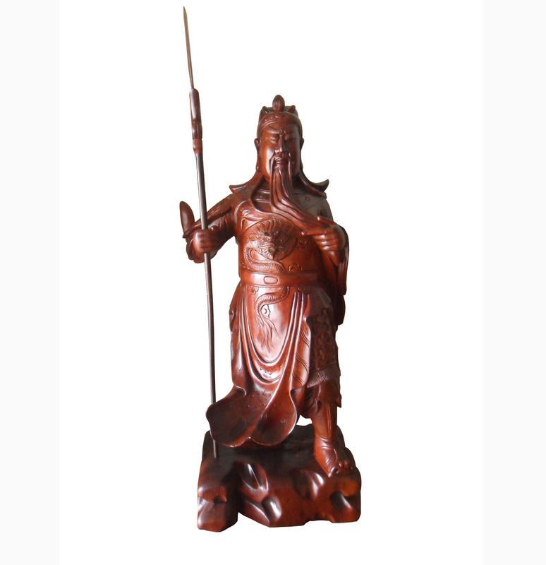 Tượng Quan Công vuốt râu, được làm bằng gỗ Hương