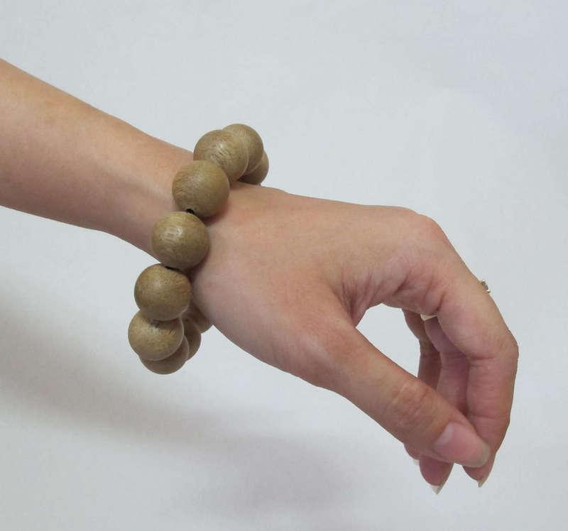 Đồ gỗ: vòng đeo tay bằng gỗ trầm hương