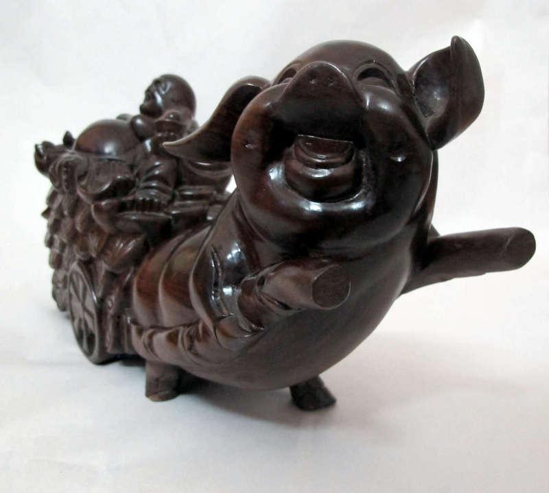 Lợn kéo di lạc, được làm bằng gỗ chiêu liêu - chiu liu