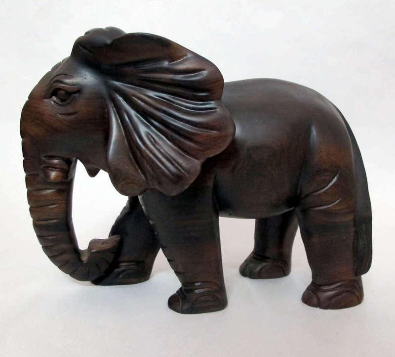 Tượng voi được làm từ gỗ chiêu liêu - chiu liu