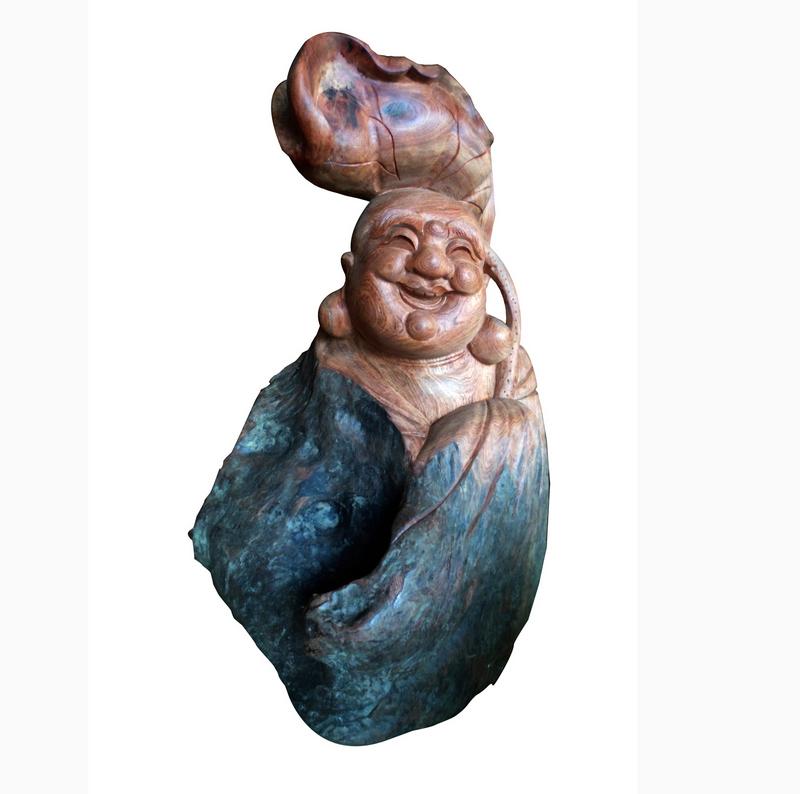Tượng Di Lặc được làm từ gỗ gốc cây
