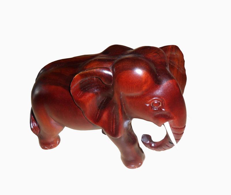 Tượng voi trang trí phong thủy trong phòng khách