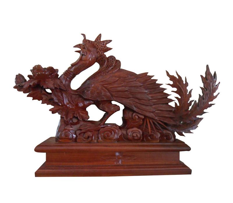 Tượng chim Công trang trí phong thủy được làm từ gỗ hương
