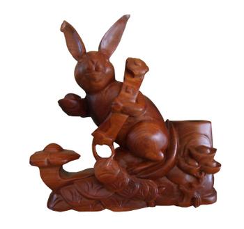 Tượng thỏ như ý được làm từ gỗ hương, trang trí phong thủy
