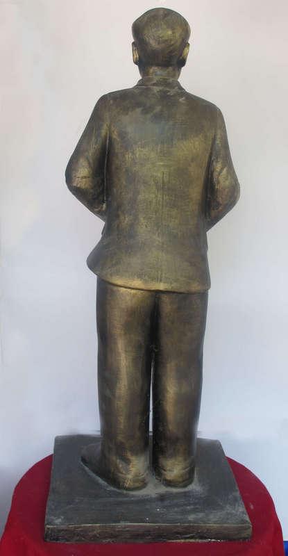 Tượng Nguyễn Văn Cừ, được làm bằng Thạch Cao