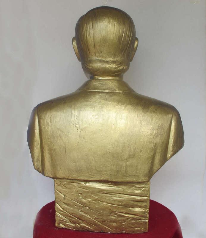Tượng chân dung màu vàng đồng, được làm từ Thạch Cao