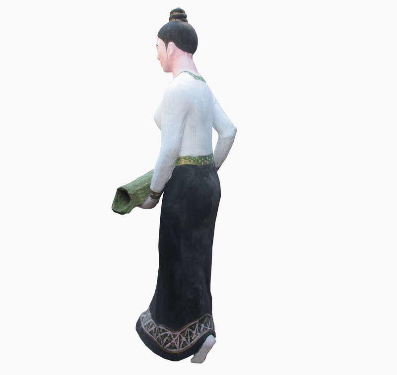 Tượng cô gái dân tộc Thái, được làm bằng xi măng