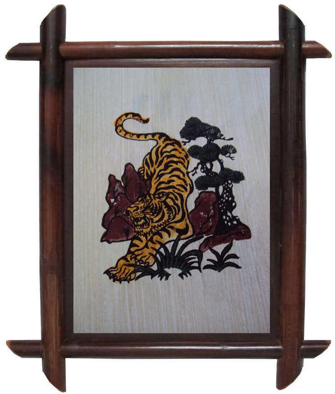 Tranh Đông Hồ hình con hổ rình mồi, chất liệu giấy điệp