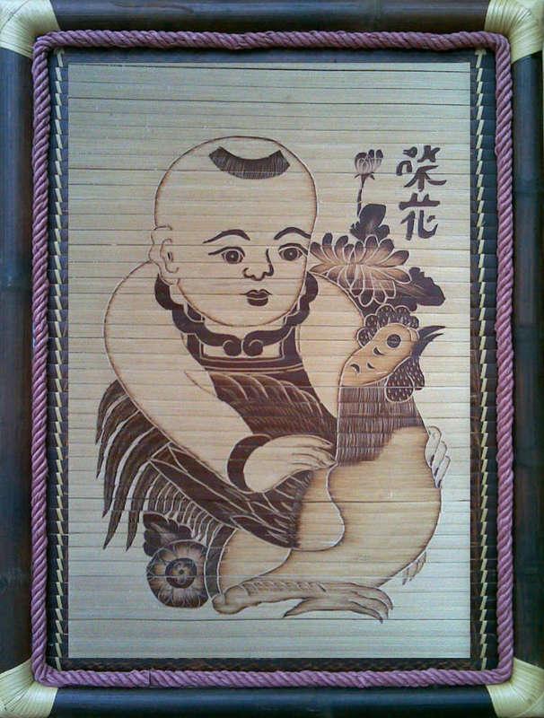Tranh tre Vinh Hoa -em bé ôm gà, chất liệu tre hun khói