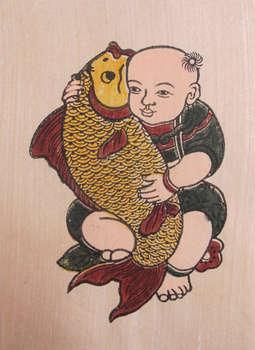 Tranh Đông Hồ em bé ôm cá trên chất liệu giấy dó bồi điệp